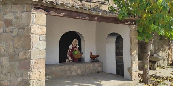 El mural dedicat a  les dones rurals està situat a l'entrada de Vilanova de l'Aguda