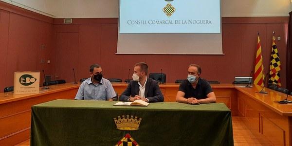 Durant l'acte ha signat el llibre d'honor del Consell Comarcal de la Noguera