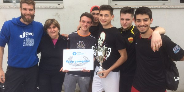 L'equip guanyador recollint el premi