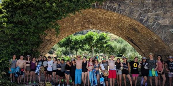 Detall dels participants a la zona de bany del riu Segre al seu pas per Camarasa
